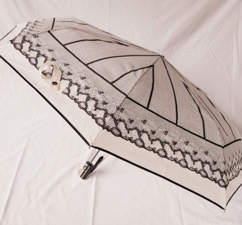 Parapluie mini pliant blanc open close à motif dentelle Chantal Thomss, léger et résistant
